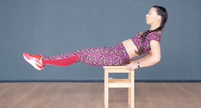 Упражнение скручивание на стуле